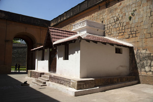 Small temple inside the mighty walls of Bangalore Fort | Fortezza di Bangalore | India