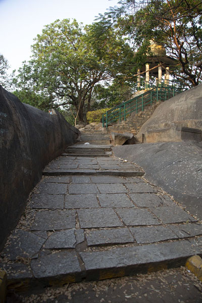Path and rock in Bugle Rock Park in which the Bull Temple is located - 印度