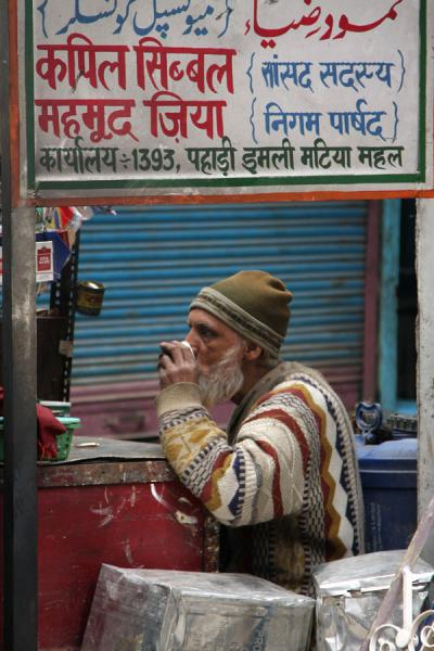 Having a drink in the street | Chawri Bazaar | India