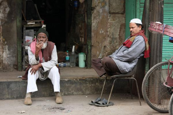 Afternoon break in the street | Chawri Bazaar | India
