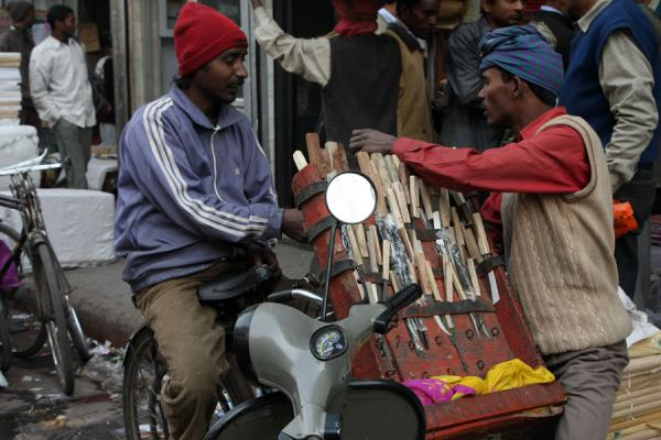 Knife seller with customer | Chawri Bazaar | India