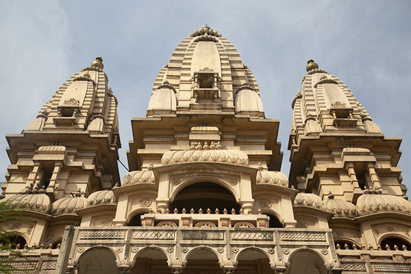 Looking up the Gopura of the main Chhatarpur temple | Chhatarpur Mandir | India