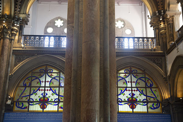 Looking up in the ticket office of the railway building with stained glass windows | Chhatrapati Shivaji Terminus | Inde