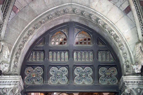 Close-up of one of the monumental windows on the west side of the railway station | Chhatrapati Shivaji Terminus | Inde