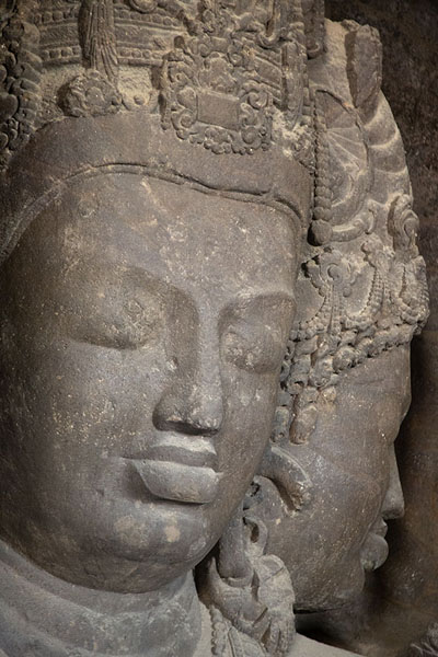 Side view of the three-faced bust of Mahesh Murti: the faces representing creation and preservation | Grottes d'Eléphanta | Inde