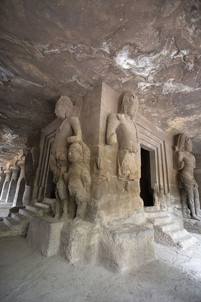 Photo de Shrine in the main cave with sculptures on all sidesElephanta - Inde