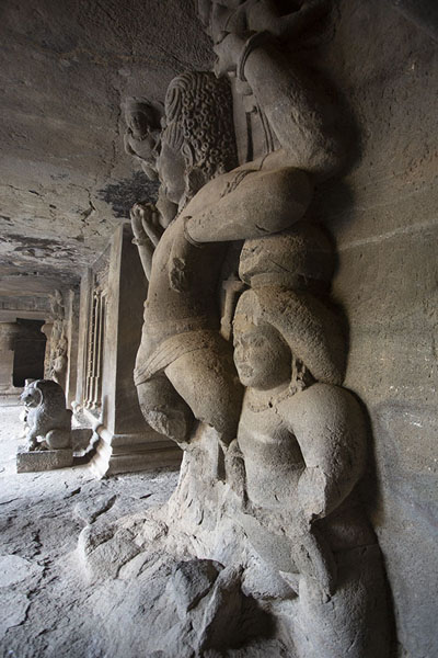 Side view of the sculptures in the Mandapa | Grottes d'Eléphanta | Inde
