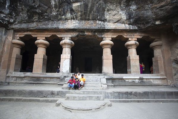 The entrance to one of the caves of Elephanta from the East Court | Grottes d'Eléphanta | Inde