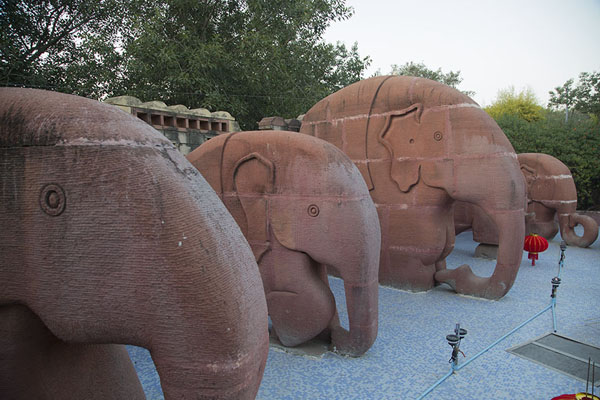 Foto de Row of elephant status in the Garden of Five SensesDelhi - India