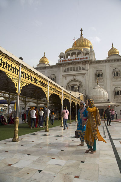 Foto de Looking up at the main temple with golden domes of Gurudwara Bangla SahibDelhi - India