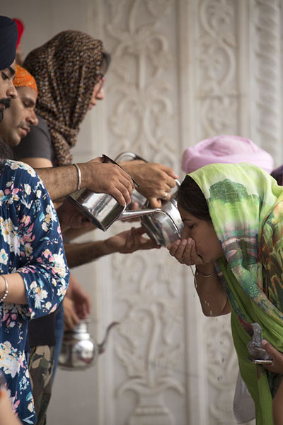 Giving water to anyone who wants | Gurudwara Bangla Sahib | Inde