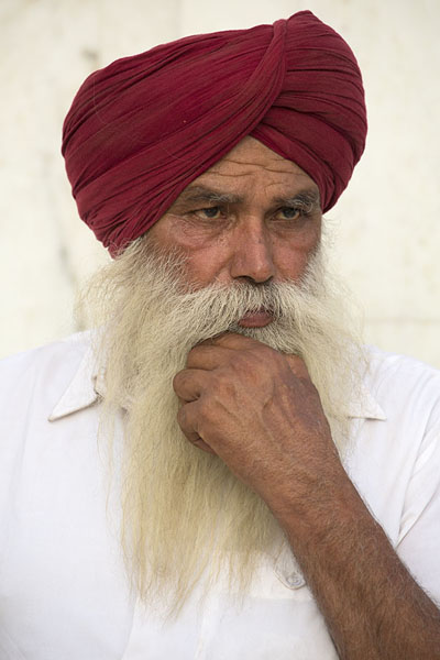 Foto van Indian Sikh with red turban and white shirtDelhi - India