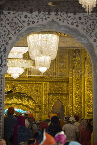 Looking towards the interior of the temple building | Gurudwara Bangla Sahib | Inde