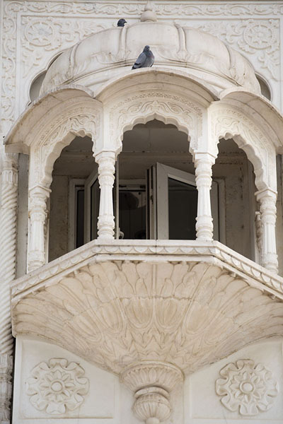 Foto de Looking up one of the protruding bay windows of the temple buildingDelhi - India