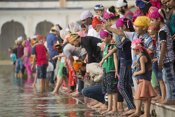 Indians at the square sarovar | Gurudwara Bangla Sahib | Inde