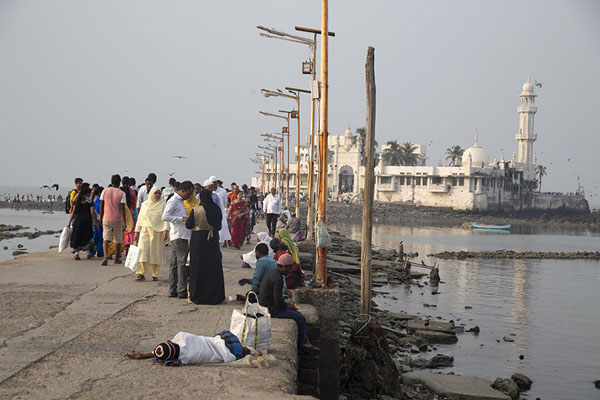 The causeway with Haji Ali Dargah in the background | Haji Ali Dargah | 印度