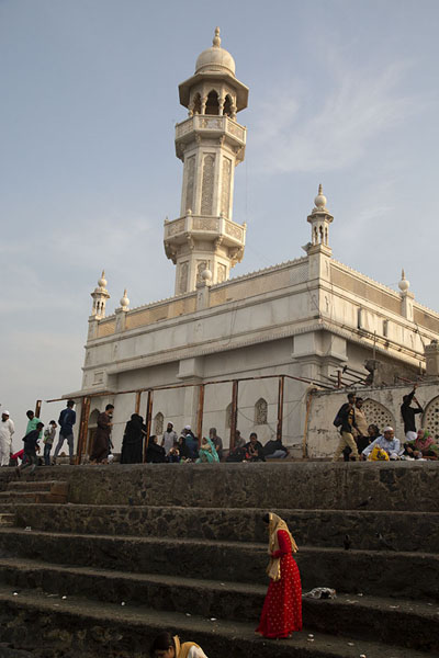 Foto van Woman at the steps leading to the sea with Haji Ali Dargah in the backgroundMumbai - India