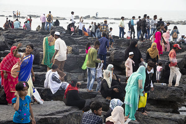 Indians relaxing at the rocks of the islet on which the tomb was built | Haji Ali Dargah | Inde