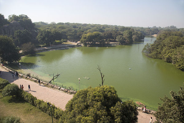 Photo de View over the lake of Hauz KhasHauz Khas - Inde