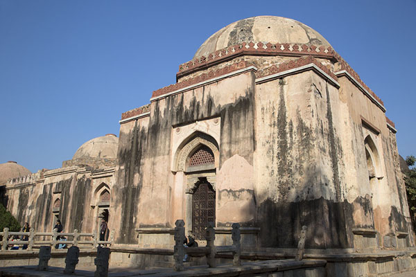 Photo de Exterior view of the mausoleum of Firoz Shah TughlaqHauz Khas - Inde