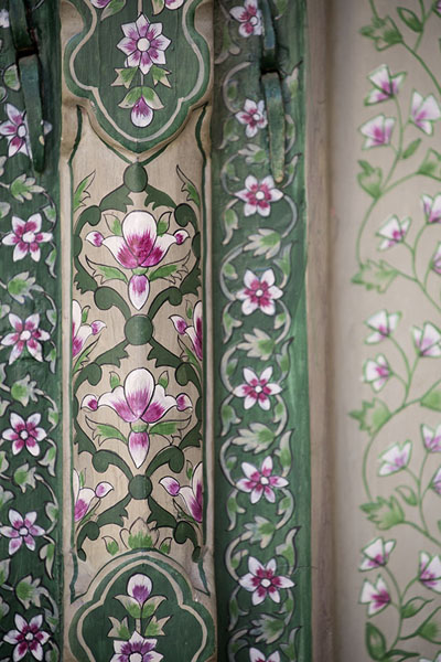 Close-up of a floral design on a doorpost at the lower level of Hawa Mahal | Hawa Mahal | India