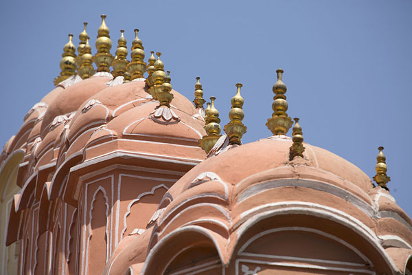 Photo de Row of arched roofs with spires on top of the Hawa MahalJaipur - Inde