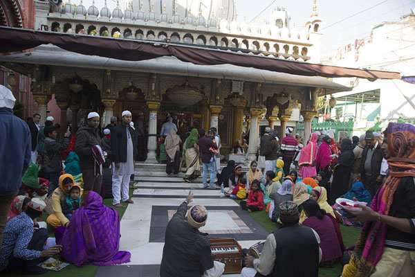 的照片 People around the Nizamuddin Auliya shrine德里 - 印度