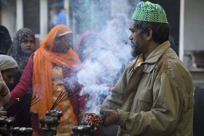 Man burning incense | Hazrat Nizamuddin Auliya | India