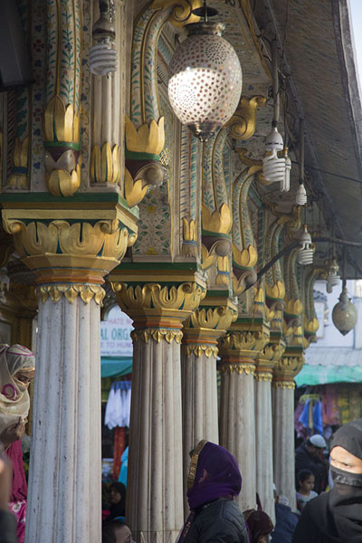Photo de The gold-covered columns of the Nizamuddin Auliya shrineDelhi - Inde