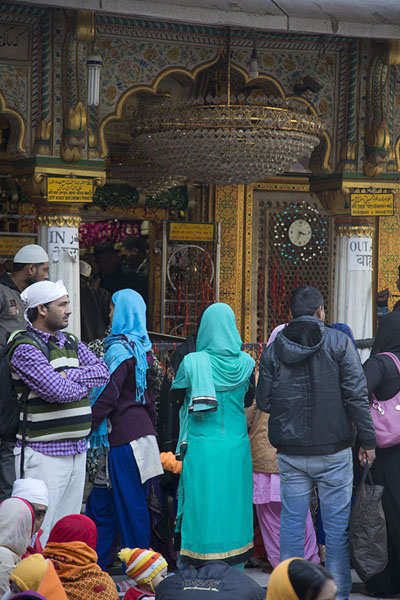 Foto van People gathering in front of the Nizamuddin Auliya shrineDelhi - India