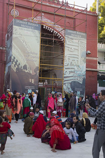 Foto van The Jama-at-Khana mosque with people gatheringDelhi - India