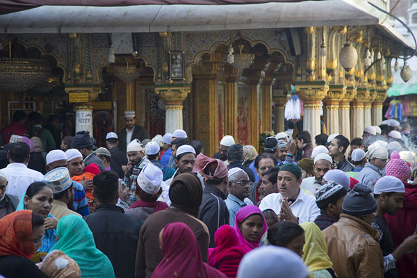 Foto van People around the main Nizamuddin Auliya shrineDelhi - India