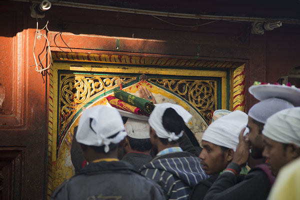 Foto van Believers entering a shrine south of the main Nizamuddin Auliya shrineDelhi - India