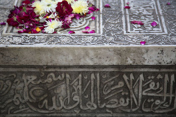 Detail of a marble tomb covered in flowers | Hazrat Nizamuddin Auliya | India