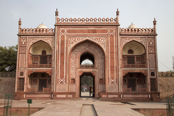 Foto van The main gate seen from the mausoleumAgra - India