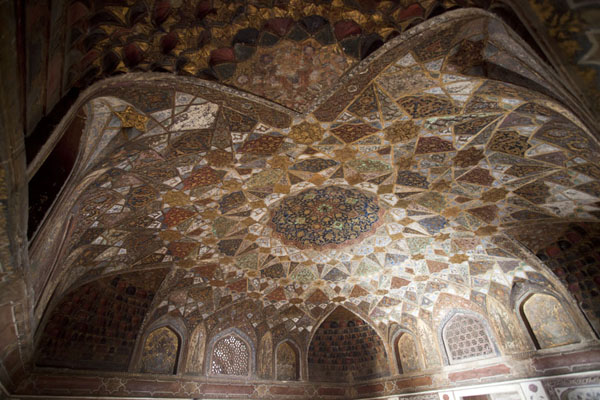 Foto van The ceiling of the main hall of the mausoleumAgra - India