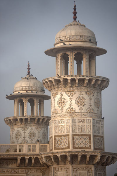 Foto van Two of the four hexagonal towers at the edges of the mausoleumAgra - India