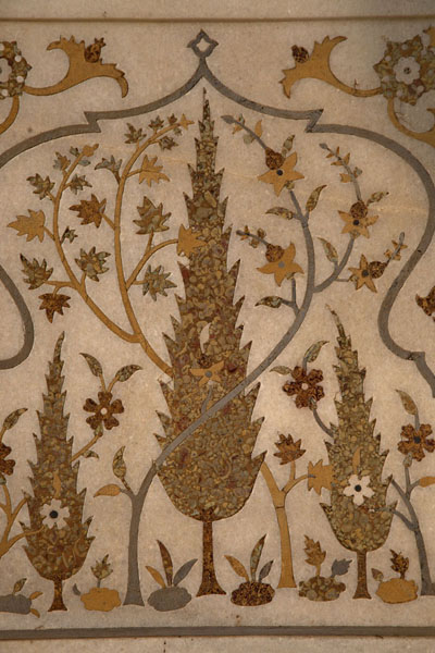 Foto van Close-up of finely decorated marble inlaid with semi-precious stones in the mausoleumAgra - India