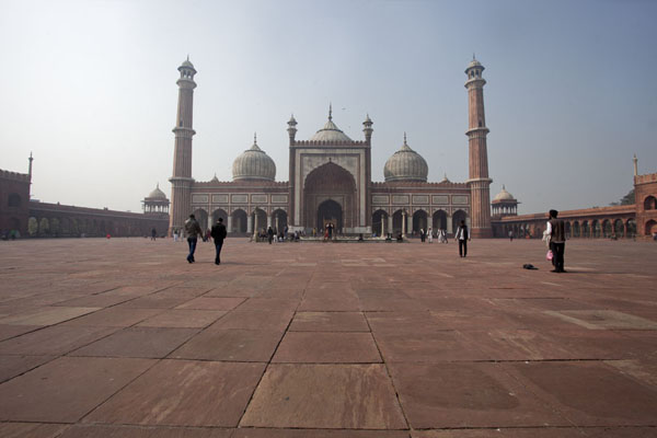 Picture of The mosque rising from the enormous courtyard of Jama Masjid