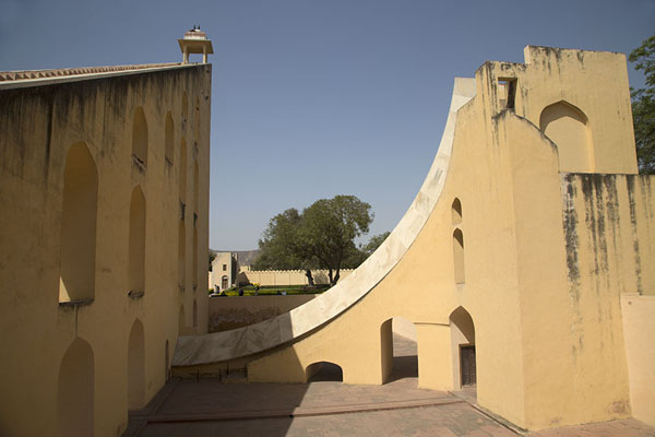 Photo de One wing of Samrat Yantra, a very precise instrument to measure timeJaipur - Inde