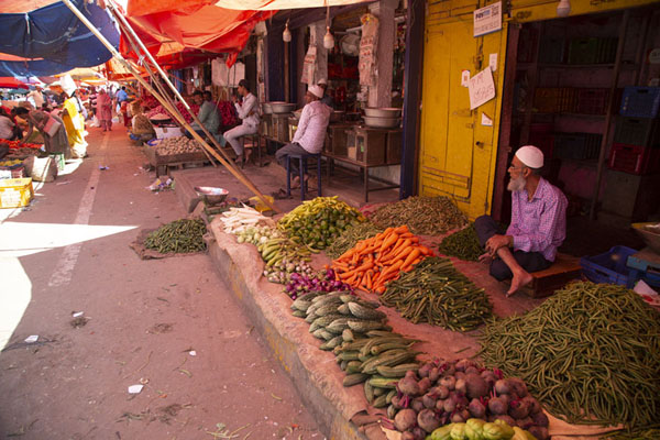 Outside market stalls offering vegetables | Mercado Krisharajendra | India