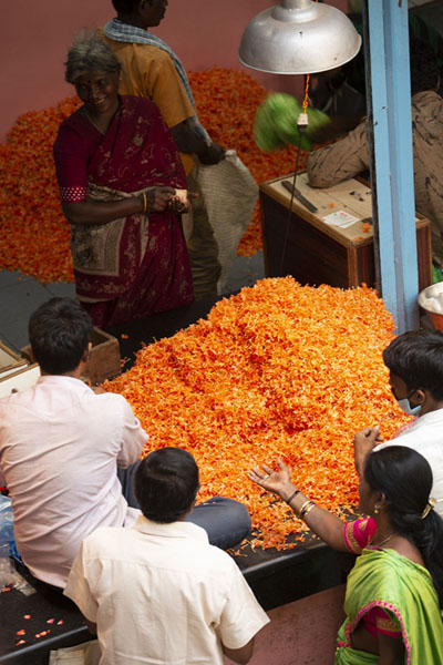 People negotiating a price for flowers | Krishnarajendra Market | India