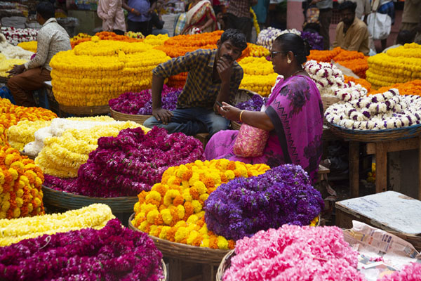 Foto van Stacks of colourful flowers at KR marketBengaluru - India
