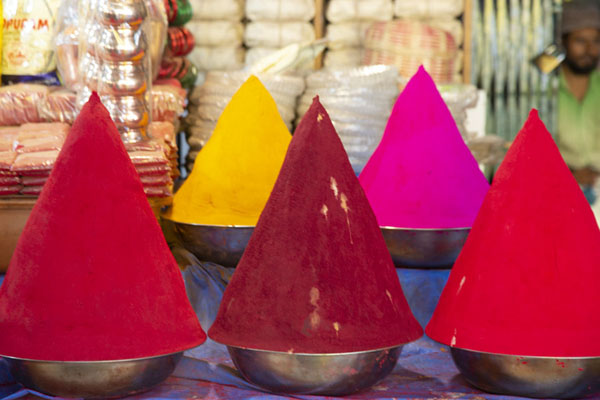Piles of colourful powder at a market stall | Marché Krishnarajendra | Inde