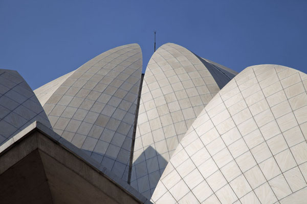 Looking up the remarkable roof of the Lotus Temple | Temple du Lotus | Inde