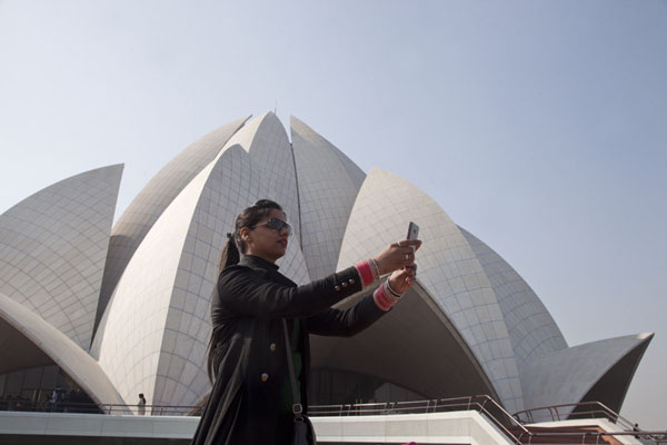 Indian woman taking a selfie in front of the Lotus Temple | Temple du Lotus | Inde