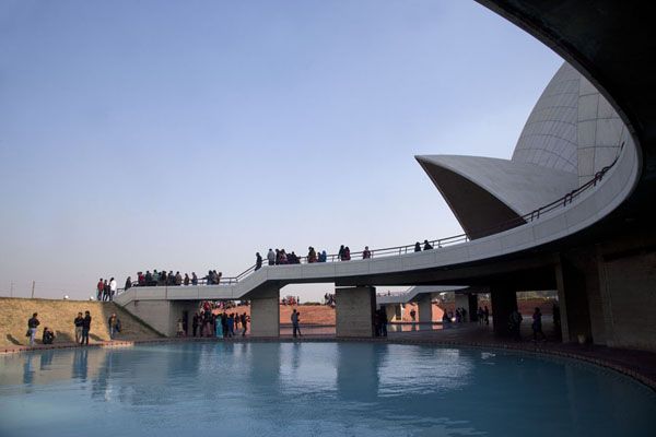 View of the ground level of the Lotus Temple | Temple du Lotus | Inde
