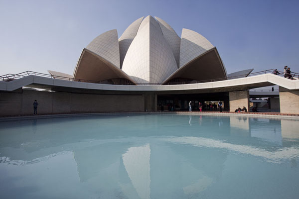 Foto van The Lotus Temple reflected in one of the surrounding poolsDelhi - India