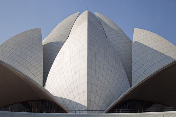 The central section of the Lotus Temple | Templo del Loto | India