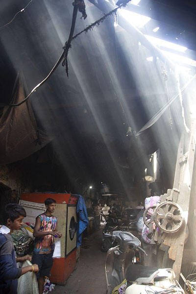 Rays of sunlight seeping through the ceiling at Dhobi Ghat | Mahalaxmi Dhobi Ghat | Inde